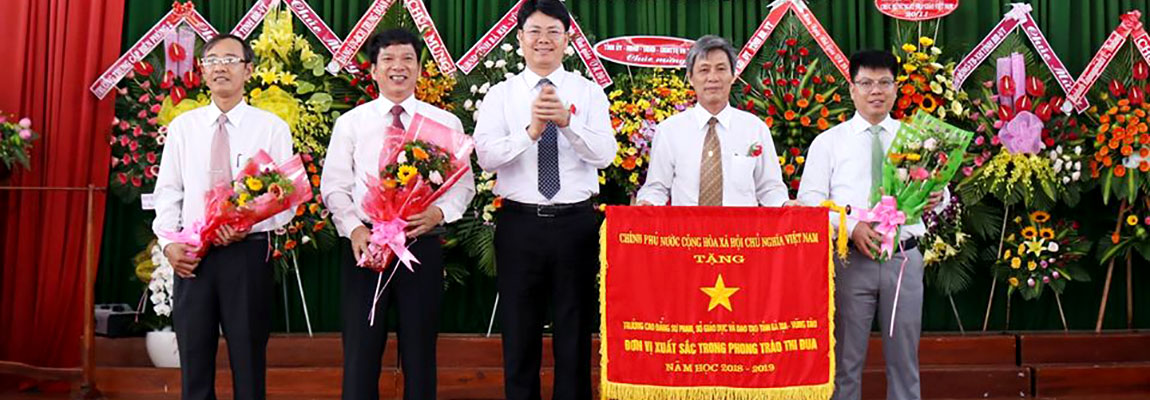 Mr. Nguyen Thanh Tinh – Member of the Provincial Party Committee, Vice Chairman of the Provincial People's Committee, authorized by the Prime Minister awarding the Government Emulation Flag and giving flowers to the school